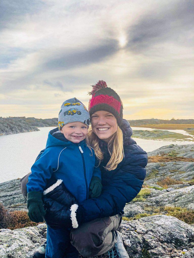 Tine tillsammans med sin son uteoch upptäcker västkustens skärgård